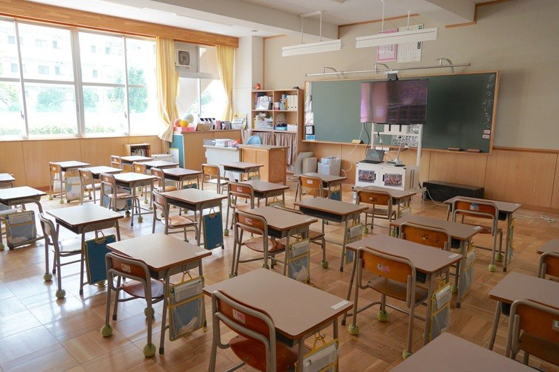 明るい光が差し込む1年生の教室