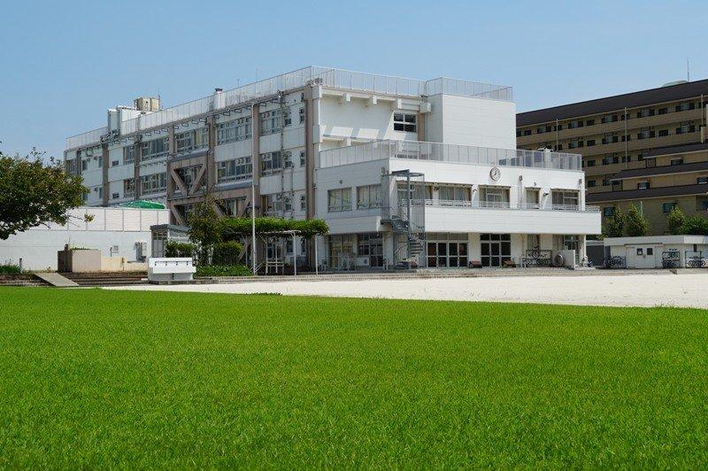 校庭の四分の一が広々とした芝生広場になっている