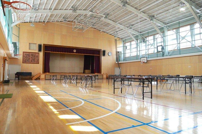 広々とした体育館 ~夏休み中は、ここできっずの子どもたちがオンライン学習を展開~